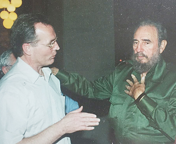 Gerry Kelly speaking to Fidel Castro in 2001